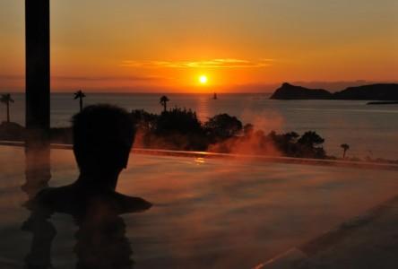 露天風呂から立神岩と東シナ海を一望できる「枕崎なぎさ温泉」