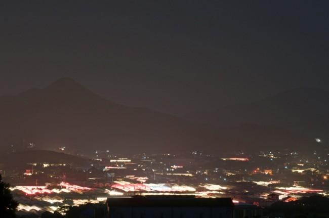 枕崎の夜を優しく照らす「電照菊ハウス群」:写真1
